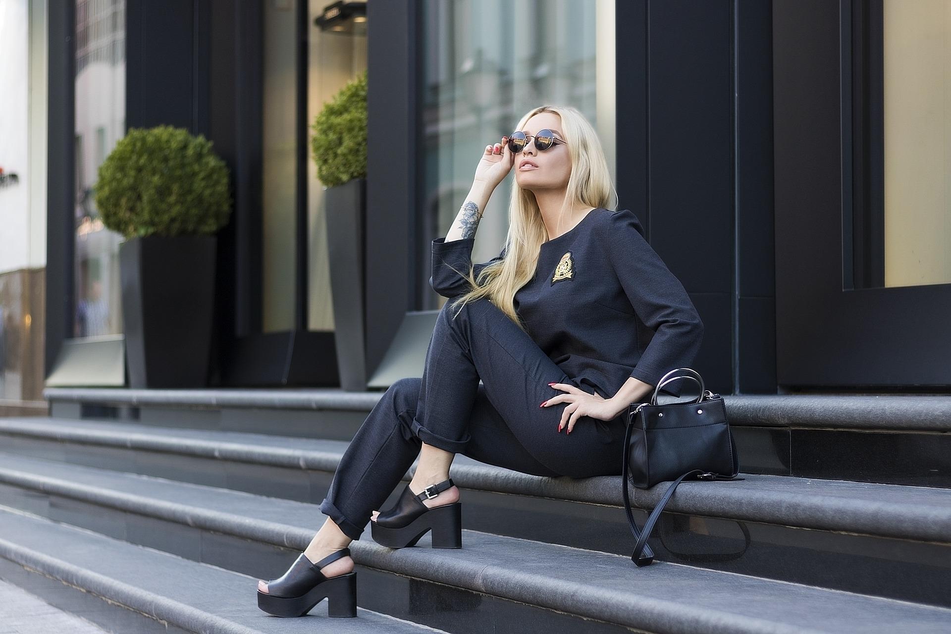 czarny strój kobieta i okulary